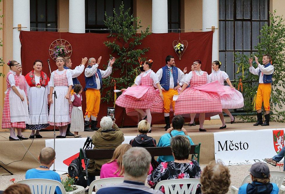 Lázně Bělohrad pohltil Mezinárodní folklorní festival Pod Zvičinou.