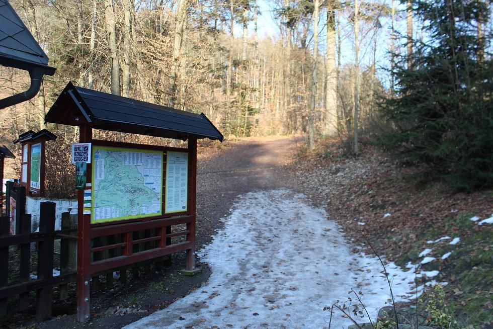 Zatímco minulý víkend byly Prachovské skály pod tlakem turistů, nyní zelo parkoviště na Prachově i u Turistické chaty prázdnotou. Lidé respektují zákaz pohybu