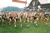 BĚH LUŽANSKÝMI HVOZDY má na programu jednačtyřicátý ročník. Na snímku vlevo s číslem 230 držitel dosavadního traťového rekordu Jiří Čivrný (rok 1996).