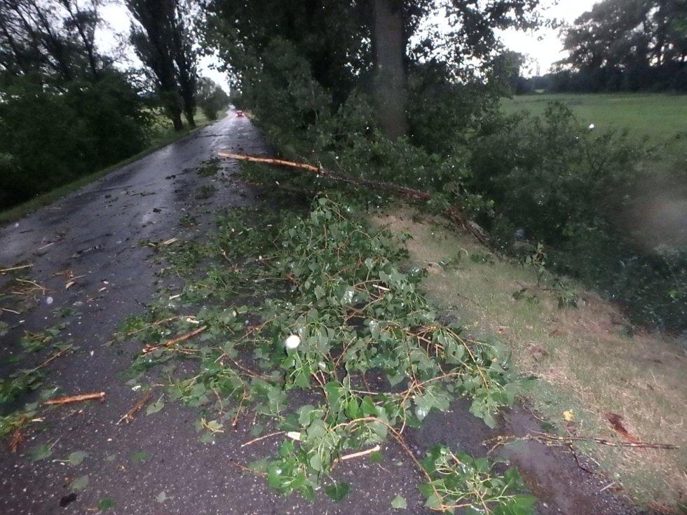 Následky noční bouřky likvidovali na mnoha místech v kraji hasiči. Obezřetní museli být řidiči i v okolí obce Humbuky.