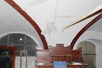 Interiér hořické židovské synagogy.