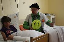 Smích léčí a pomáhá zapomenout. Zdravotní klauni jej rozdávali v jičínské nemocnici.