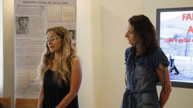 Václava Jandečková představila v jičínské židovské škole svoji výstavu Falešné hranice: Akce Kámen.