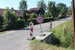 Objízdná trasa z Kopidlna do Jičíněvsi. Řidiči zde nedodržují třicítku, silnice  je zaplátovaná a úzká pro jízdu kamionů.