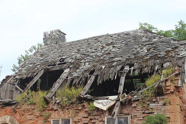 Současnost. Tzv. Divíškův barák čp. 192vSobotce už několik desítek let chátrá. Při větrné smršti vroce 2017se propadla střecha.