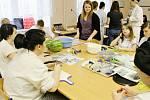 Ozdobné vyřezávání v novopacké Střední škole gastronomie a služeb.