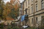 Původně renesanční zámek byl přestavěn v duchu vrcholného baroka. Od září 1949 byl v majetku obce. Byla v něm nejprve zřízena zemědělská mistrovská škola, až do roku 2009 sloužil jako internát odborného učiliště