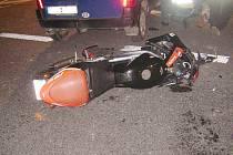 K dopravní nehodě došlo v neděli večer u Sobotky. Řidička automobilu zřejmě nedala přednost řidiči motocyklu. Sedmnáctiletý mladík utrpěl těžká zranění, jeho o dva roky starší spolujezdec na místě zemřel.
