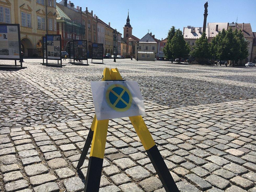 Na náměstí se smí parkovat je ve spodních částech. Zákaz parkování v horním cípu provizorně vyznačují trojnožky.