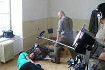 Z natáčení filmu Živé nás nedostanou o parašutistické skupině Antimony.