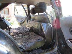 Peugeot znečištěný chlévskou mrvou.