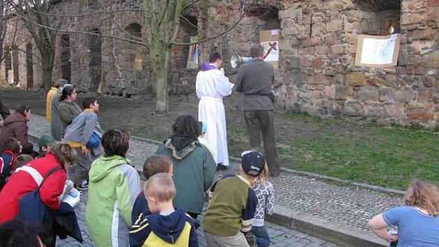 Děti představily svoje výtvarné ztvárnění křížové cesty.