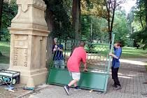 Instalování vrat u brány do hořických Smetanových sadů.