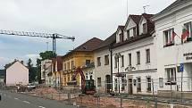 Stavba nové budovy úřadu v Lázních Bělohradě je v plném proudu. Součástí projektu je i úprava celé severní části náměstí.
