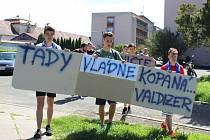 Valdičtí sportovci a jejich příznivci vyjádřili poklidnou demonstrací svůj nesouhlas s tím, že přicházejí o sportovní areál.