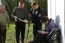 Kontroly platnosti loveckých lístků a průkazů zbraní.