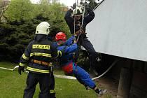 Cvičení hasičů u hotelu Start.