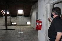 Stavbařům byla předána část budovy Základní školy v Husově ulici v Jičíně. Projekt za 24 milionů korun počítá s přestavbou půdy na učebny, dále s vybudováním bezbariérového výtahu, modernizací učeben fyziky a chemie a také s úpravou školního dvora.