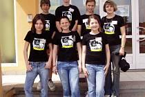 Pavel Novák, Ondra Černovský, Hana Jampílková, Šárka Hanušová a Renata Stránská. Všichni jsou na fotografii spolu s Petrou a Danielou Zelfelovou, které žáky v soutěži úspěšně vedly.