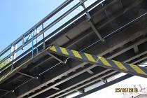 S vozem se nevešel pod most.