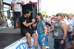 Daniela Polmana, který dokončil extrémní cyklistický závod napříč Amerikou, vítala Nová Paka. Amatérský cyklista se davu poklonil a poděkoval za přízeň fanoušků, která ho hnala do cíle nejtěžšího a nejdelšího závodu světa. .
