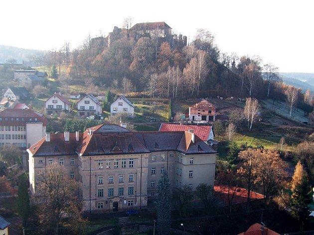 Městys Pecka s hradem.