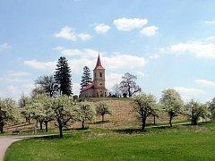 Byšičky s kostelem sv. Petra a Pavla.