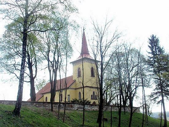Kostel sv. Jakuba a Ondřeje v Červené Třemešné.