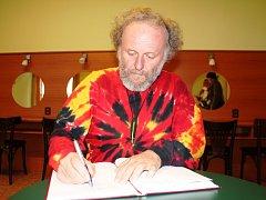 Jaroslav Dušek přijel na festival Jičín - město pohádky s Malou vizitou. Zároveň se podepsal do pohádkové kroniky a prozradil, jaký má vztah k pohádce.