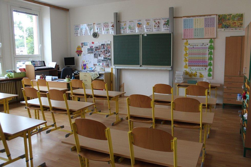 V Základní škole v Železnické ulici v Jičíně (Čtyřka) opět pečují o děti zaměstnanců bezpečnostních složek. S provozem třídy už mají zkušenosti od jara. Prostory nás  provedla zástupkyně ředitele Jitka Tománková.