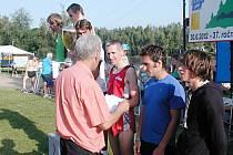 FINANČNÍ ODMĚNU převzalo z rukou ředitele závodu Jiřího Kůtka šest nejlepších mužů. Jako čtvrtý skončil hořický běžec Josef Pomikálek (třetí zprava).