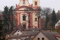 Novopacký klášter a starobylá roubenka.