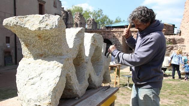 Sochaři tvoří na peckovském hradě.