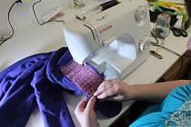 Klienti Života bez bariér z Nové Paky odstraňují z padělků nášivky a nálepky.