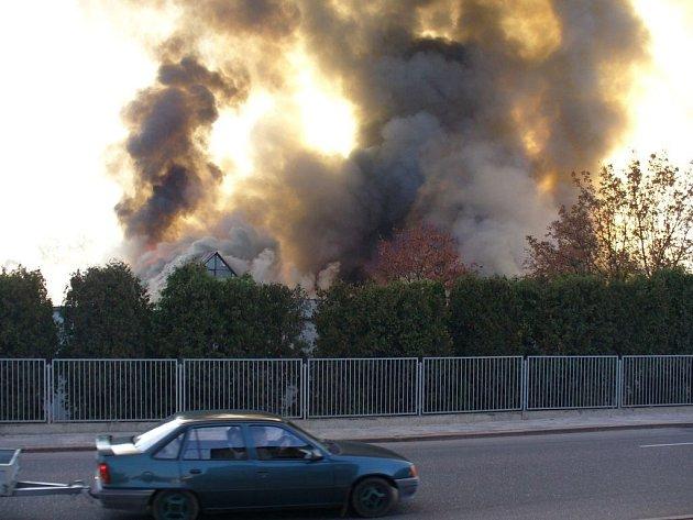 Požár novopackého výrobního závodu firmy Lohmann & Rauscher.