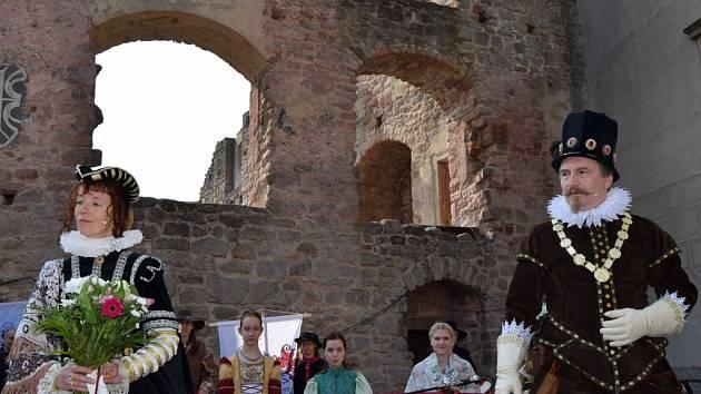 Hrad Pecka přivítal první návštěvníky.