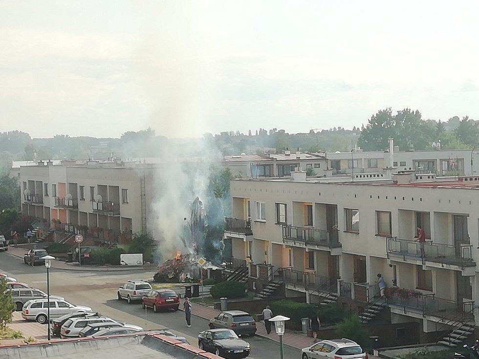 Za požárem v jičínské ulici Přátelství stála zřejmě dětská hra.