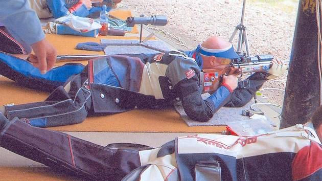 Na palebnou čáru při Velké ceně Ostroměře zalehli také úspěšní olympionici, uprostřed Václav Bečvář, který zvítězil v disciplíně 60 ran vleže nástřelem 597 bodů.