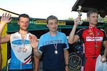 """Vloni celkové pořadí mužů: 1. Petr Mayer (zcela vpravo), 2. Ruda Špicar  (uprostřed) a 3. Martin Šlégl (vlevo). Nejblíže k letošnímu triumfu má právě Martin Šlégl. O všem rozhodne """"Prachovák""""."""