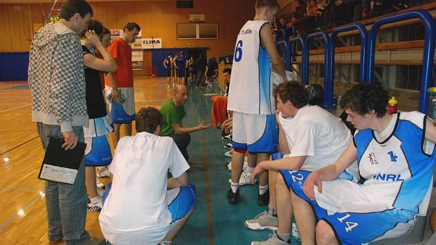 PŘED ZÁPASEM si jičínští basketbalisté věřili. Spokojenost s výsledky je velká.