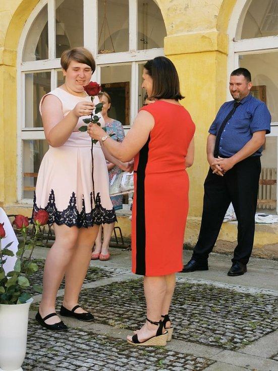Absolventi byli slavnostně vyřazeni na nádvoří zámku v Kopidlně.