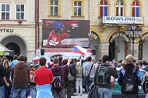 Sledování hokeje na jičínském náměstí.