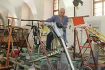 MILAN BERNÝ mezi doma vyrobenými sekačkami, které sestrojili různí lidé a jsou k vidění v jičínském muzeu.