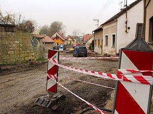 Stavaři i archeologové mají v Kopidlně stále na pilno