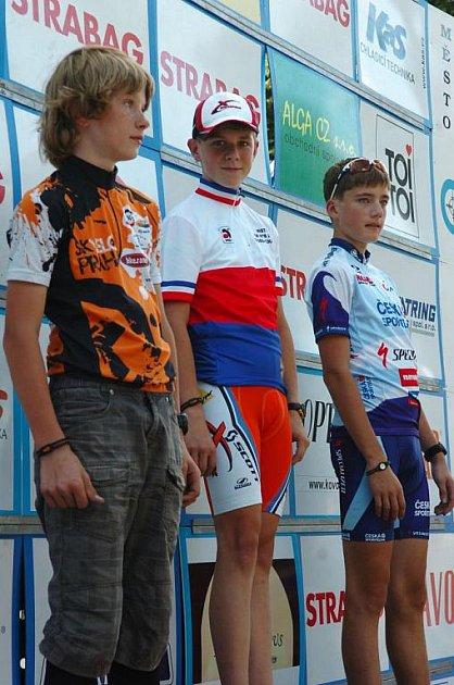 Šťastný okamžik, Lukáš Kunt ve tříbarevném trikotu (uprostřed).