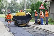 Opravy vozovky ve Vitiněvsi.