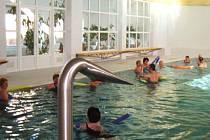 Klienti bělohradských lázní v bazénu.