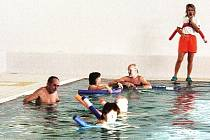 Cvičitelka Soňa Hamanová s klienty lázní při cvičení s tyčemi.