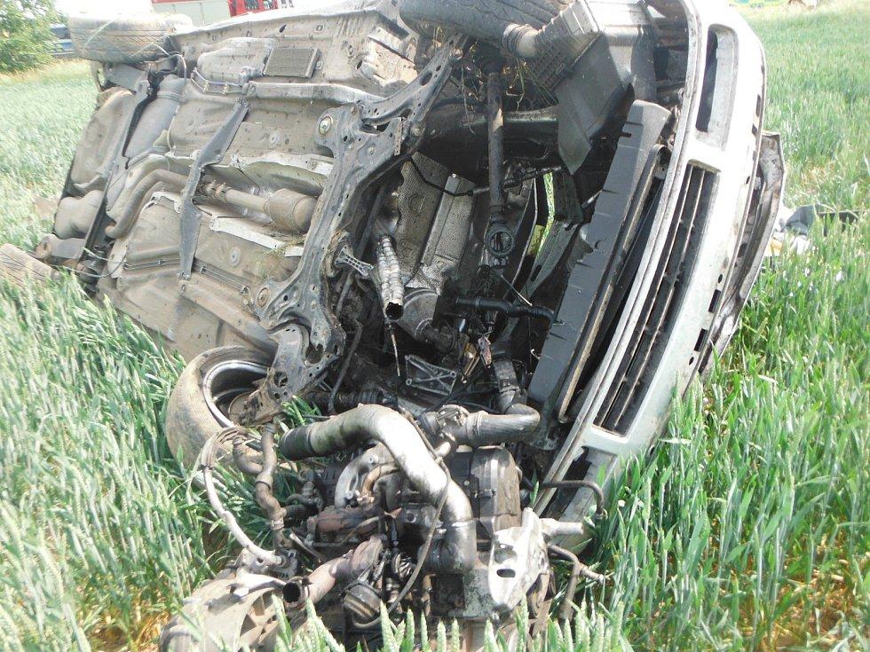 K osobnímu vozidlu, které havarovalo mezi obcemi Slatiny a Žeretice, vyjeli dopoledne jičínští profesionální hasiči.