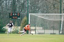 ÚTOČNÍK Miroslav Rychecký střílí jedinou branku derby utkání Hořice – Lázně Bělohrad (0:1).